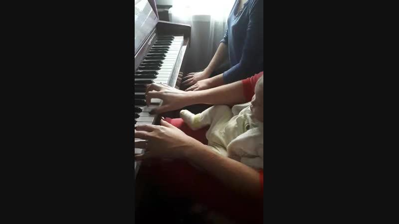 Игра на фортепиано в род доме с Танюхой и Кирочкой племяше 4месяца