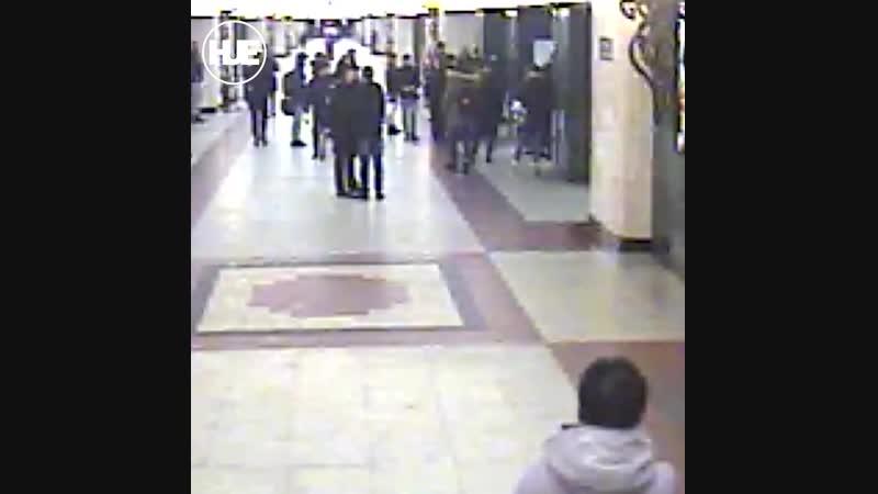 На станции метро Трубная двое парней устроили поножовщину