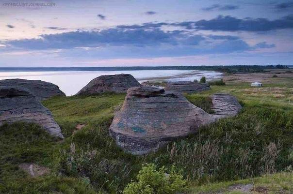 На берегу озера Большие Аллаки, недалеко от города Касли, находится одна из самых загадочных достопримечательностей Челябинской области. В 50 метрах от воды на небольшом возвышении, «прижавшись