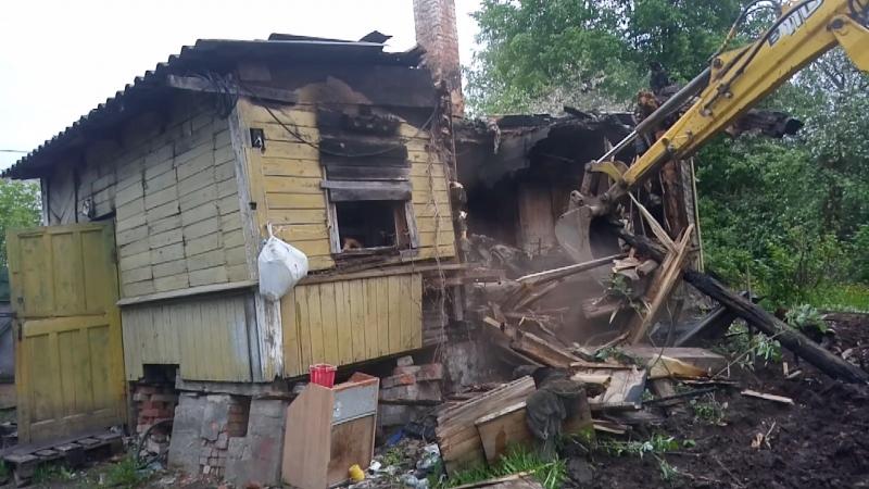 механизированный снос сгоревшего дома из бруса в поселке имени Свердлова
