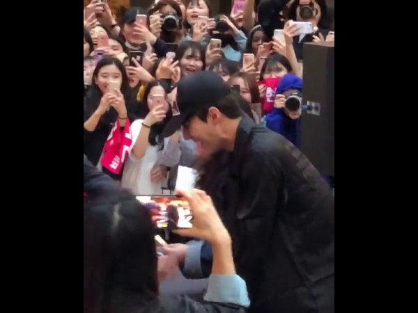 180422 EXO Sehun really came as a fan❤to EXO-CBX's fansign to get autographs the biggest fanboy ever