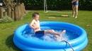 Met het zwembad spelen (met leo)