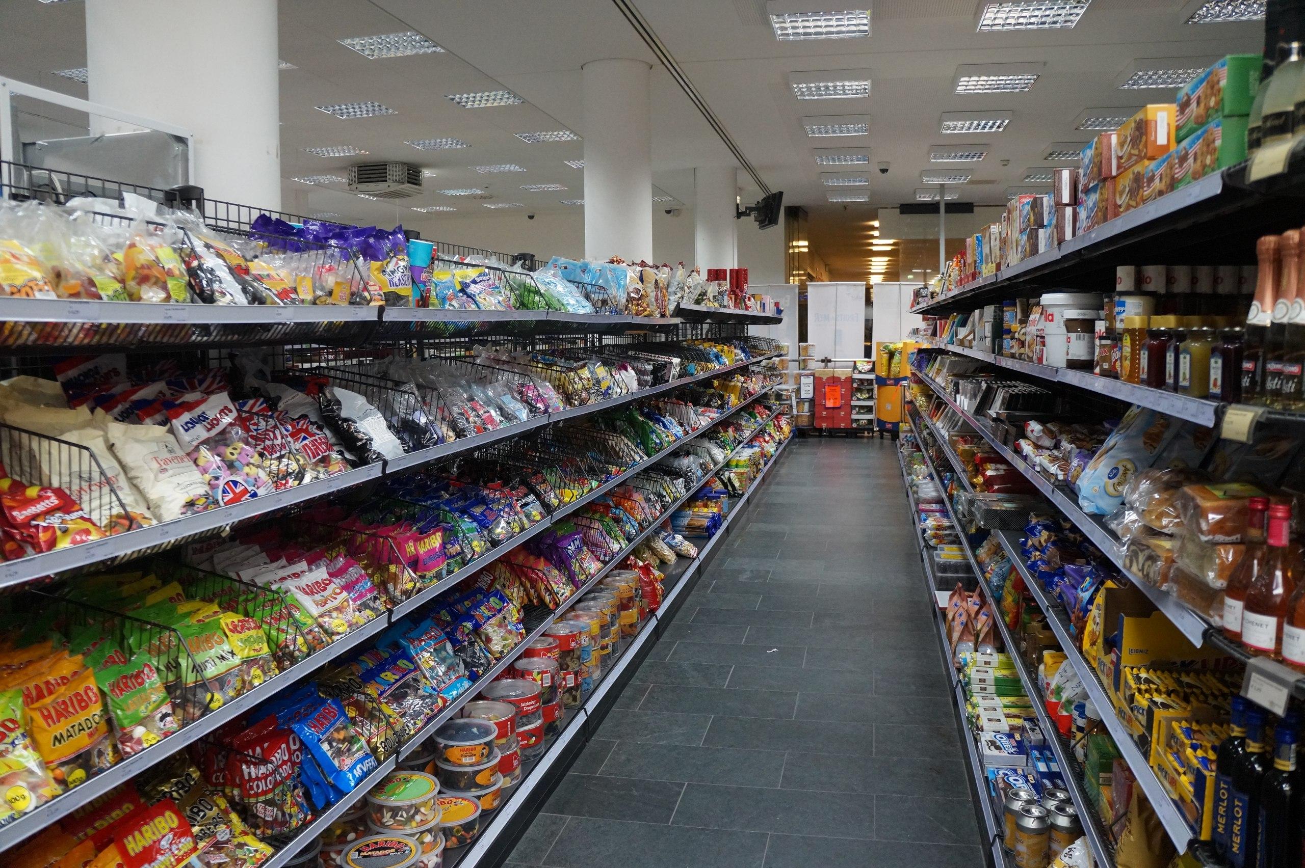 В Германии продают просрочку закон, супермаркете, когда, гдето, срока, скидкой, истечения, Германии, несколько, упаковок, достаточно, сладостей, дорогих, собираюсь, взять, решил, глянуть, сколько, чипсы, Вокруг