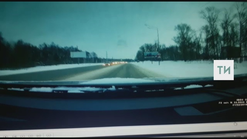 На камеру видеорегистратора попало, как мужчину сбила машина на трассе в Татарстане