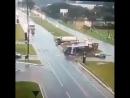 Очень жесткая авария грузовика с автобусом.