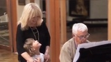 Гарри Галкин с мамой - Аллой Пугачевой и Раймондом Паулсом осваивает рояль.