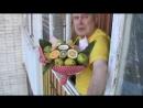 Я на балконе снимаю букет из фруктов