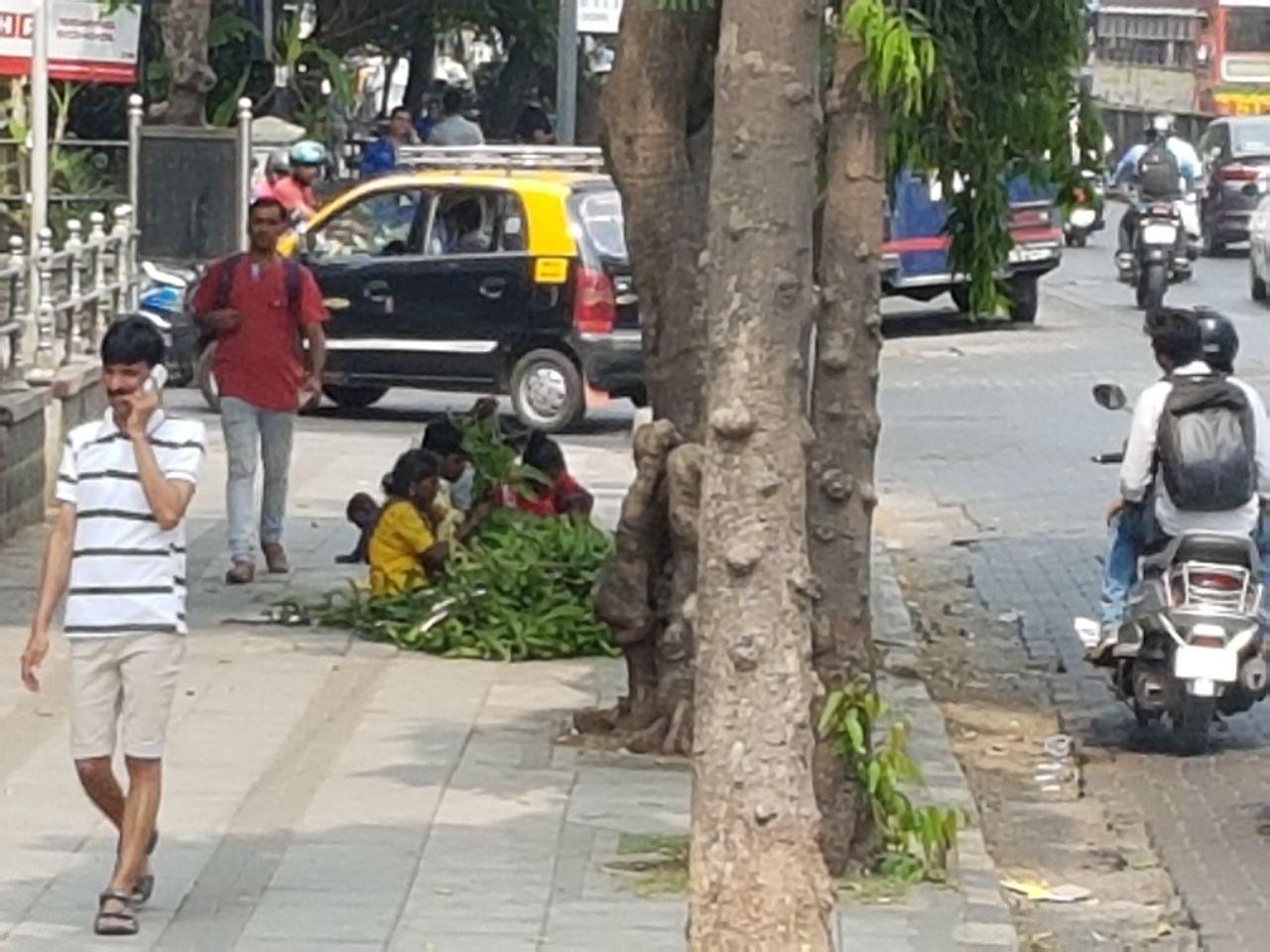 дети собирают бусы из цветов и листвы