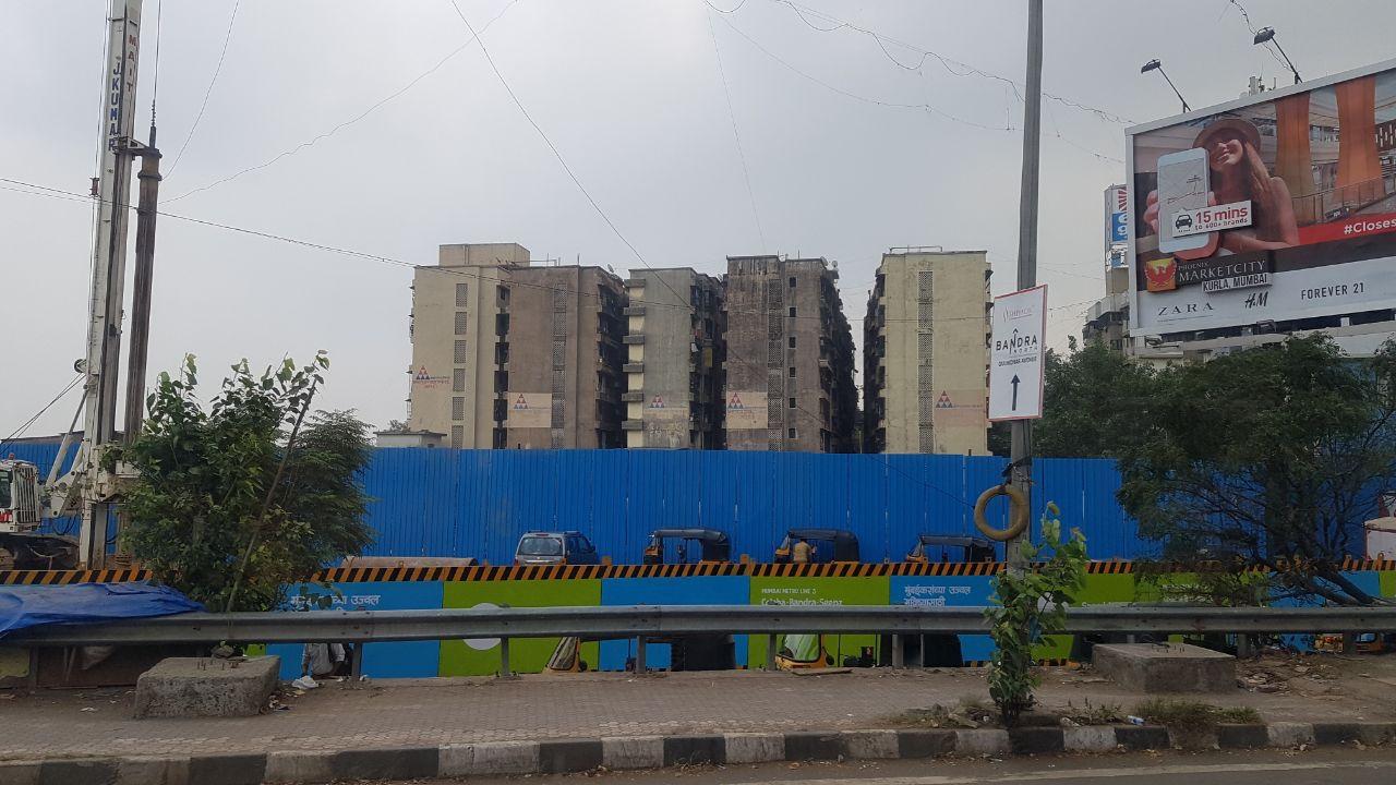 Жилые дома Мумбаи, дома как контейнеры на складе, плотно друг к другу.