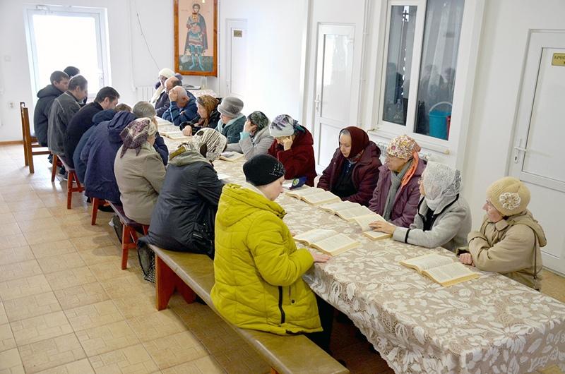 Занятие на катехизаторских курсах для взрослых храма святого благоверного князя Александра Невского города Темрюка