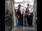 Рано радуется тот, кто смог войти в поезд в Индии - из него надо еще как-то выйти
