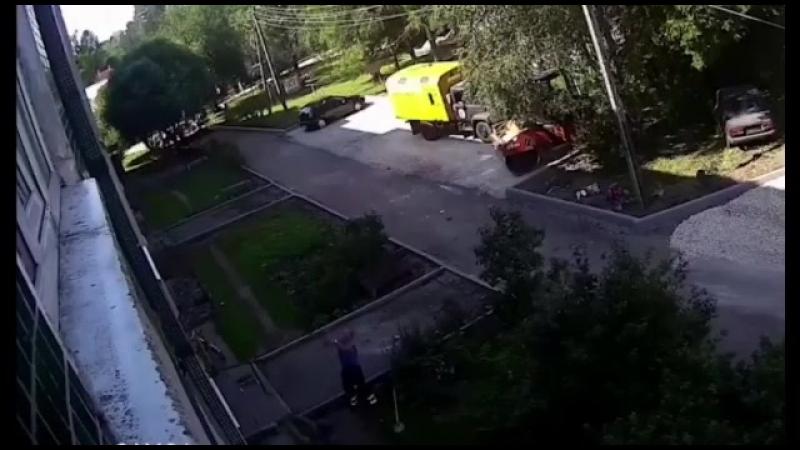 Ребёнок сорвался вниз из окна многоэтажки, но его поймали рабочие