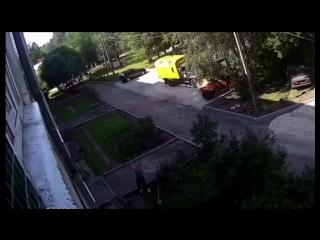 В Ленинградской области ребёнок вылез из окна многоэтажки и сорвался вниз, но его поймали рабочие