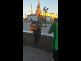 Добрый мексиканский дядечка поет душевную песню