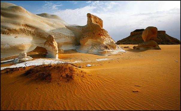 Белая пустыня в Египте (White Desert) Национальный египетский парк White Desert представляет из себя небольшой участок, находящийся к северу от оазиса Фарафра. Путь в национальный парк довольно