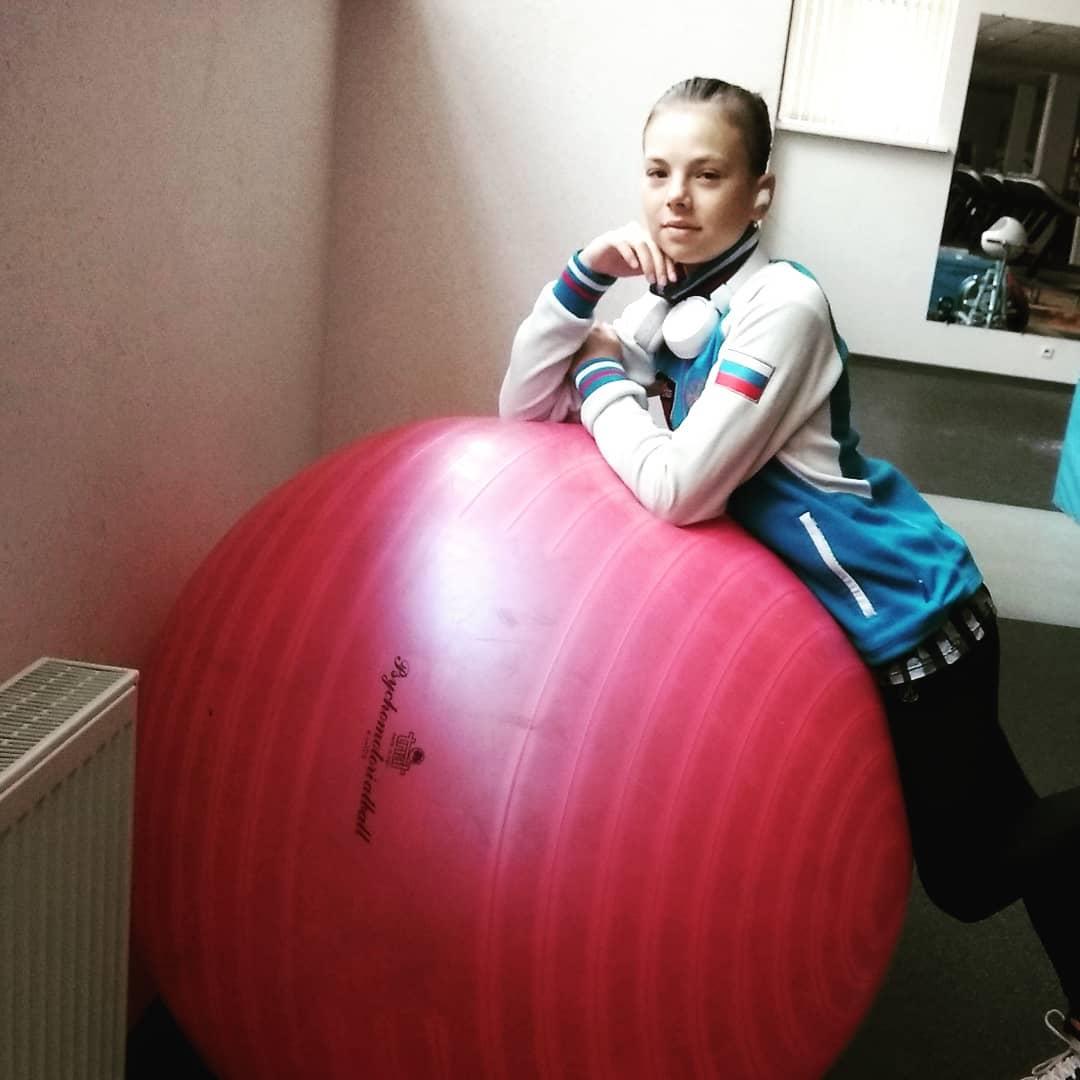 Розовый мяч Новогорска & Индивидуальный чемодан фигуриста - Страница 4 CYV32hYvKgc