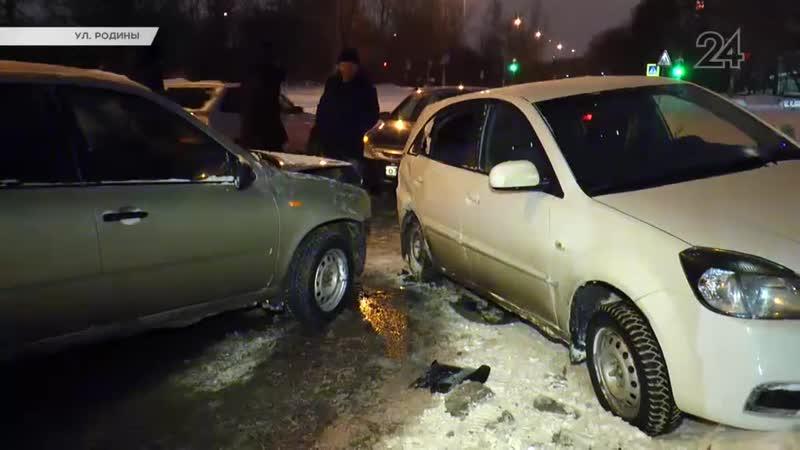 На ул Родины в Казани водитель KIA Rio не справился с управлением и выехал на встречную полосу