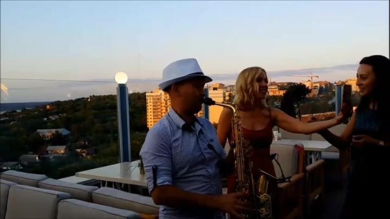 Саксофонист на крыше ресторан Carlsson