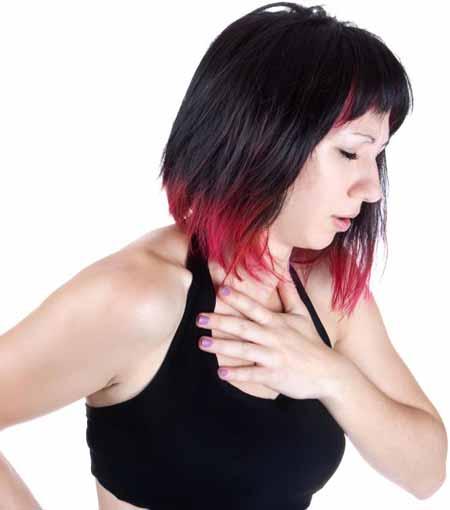 Выкашливание крови, сопровождающееся застоем в груди, может быть признаком пневмонии.