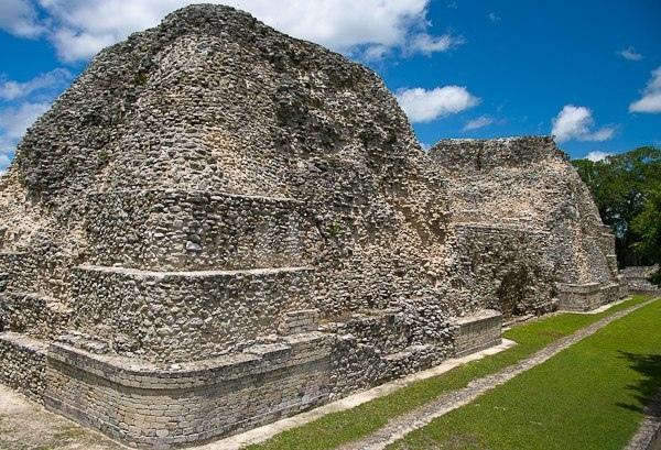 Руины города Рио-Бек, Мексика Рио-Бек является археологическим памятником Мексики. Этот старинный город, расположившийся на юге штата Кампече, принадлежит великой цивилизации майя, основавшей