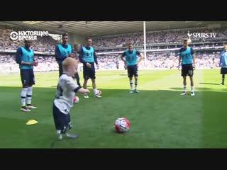 Мальчик без ног играет в футбол с профессионалами из Тоттенхэма