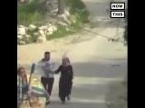 Израильские полицаи кидают светошумовую гранату под ноги бегущей паре с ребенком на руках.