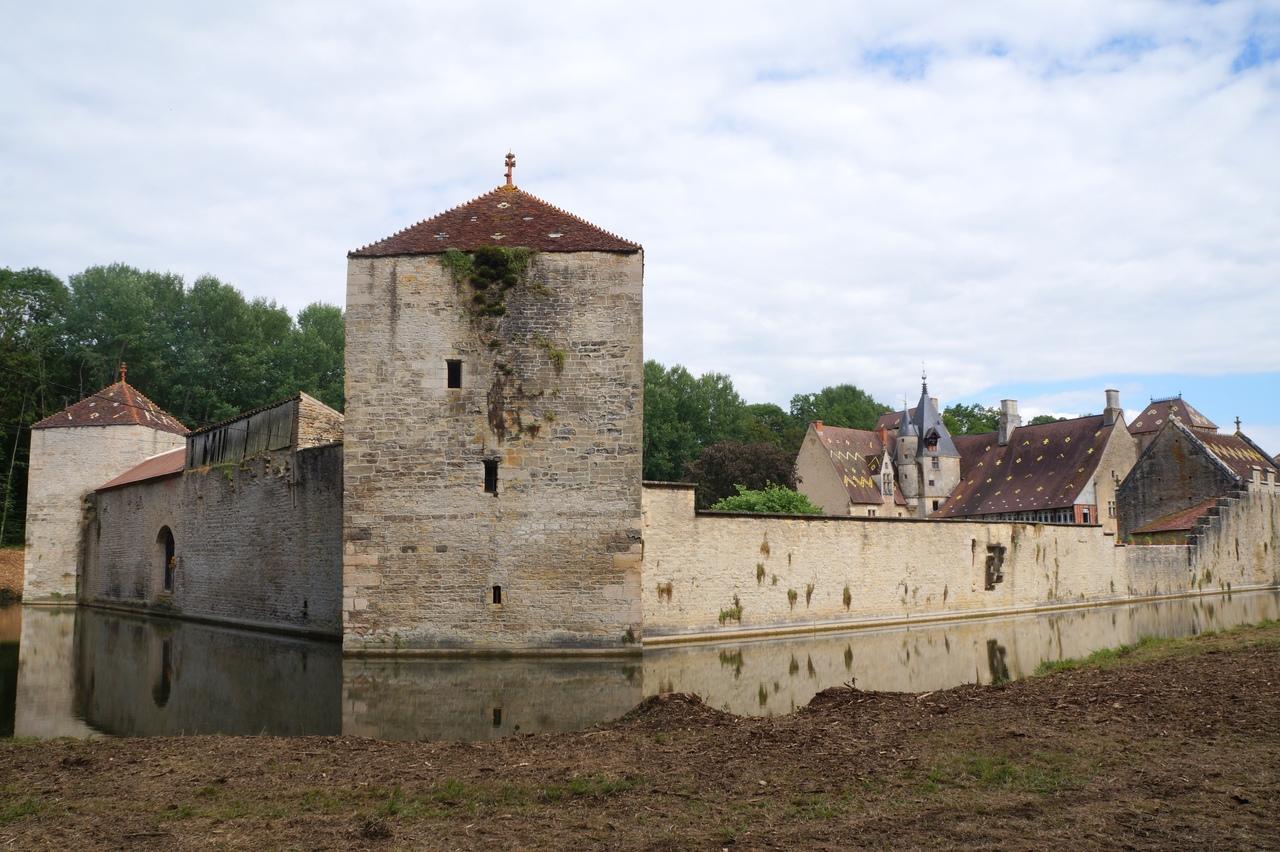 Замок Мариньи-ле-Кауэ - настоящий бургундский замок