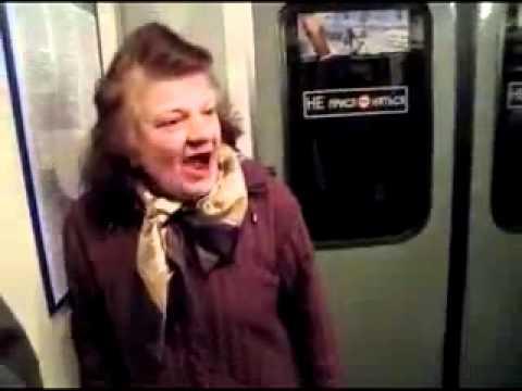 бабка наехала на девушку в метро.flv