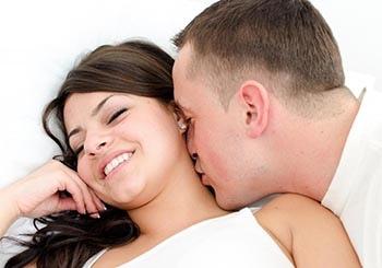 Люди могут вернуться к оскорбительным отношениям, потому что они жаждут внимания, которое они получают между оскорбительными эпизодами.
