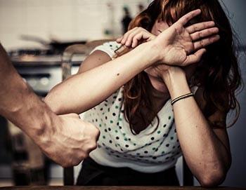 Попытка покинуть обидчика может подвергнуть жертву еще большей опасности, если ее не сделать должным образом.