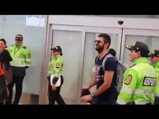 El protagonista de Fatmagül y KaraParaAsk ya esta en suelo Peruano, así le dan la bienvenida sus fans con algarabía, haciéndo a