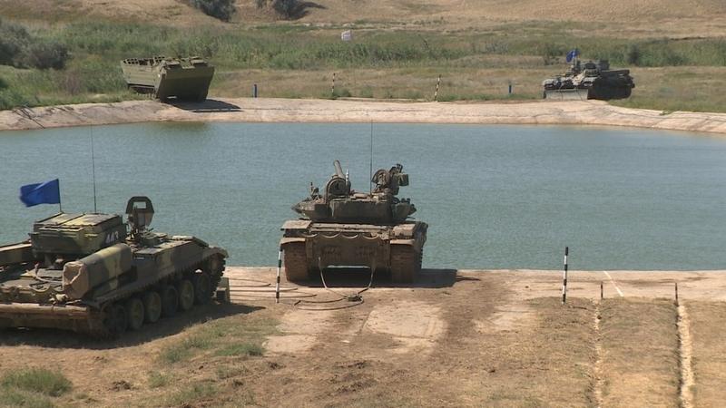 На полигоне Прудбой танкисты показали мастер-класс по преодолению водной преграды