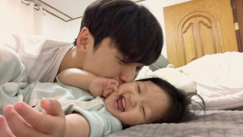 """Minsu Choi on Instagram: """"- 엄마가 집에 없으면 이렇게 나랑 잘 노는데..😭 엄마가 집에 오면 엄마 엄마 하면서 떠나겠지..😭 엄마껌딱지 아빠와딸 딸스타그램 아빠랑토리랑"""""""