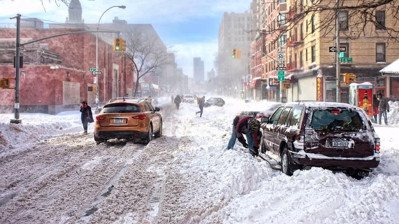 Картинка город. Непогода, откапывает машину, улица, Сша, магазины, снег, сугробы.