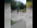 В Тынде полицейским пришлось применить оружие чтобы обезвредить озверевшего алкаша с двумя мачете До приезда наряда мужик кида