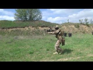 Стрельба из ПКМ украинским спецназовцем. Быстросъемный подсумок для короба пулем