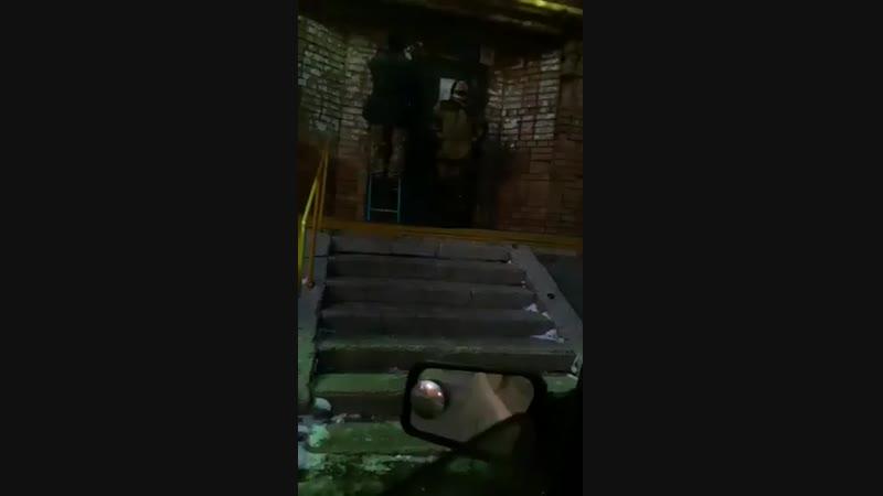 Креативный Электрик украшает мкд гирляндами. Настроение видимо отличное. Проспект Кирова 98