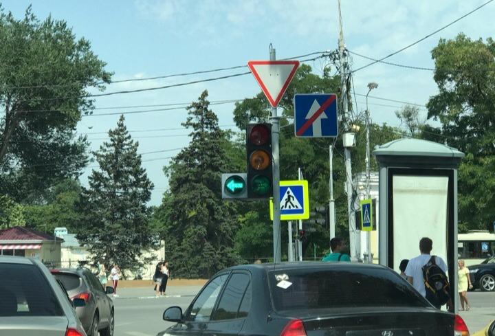 В Таганроге в целях безопасности установили новые трехфазные светофоры