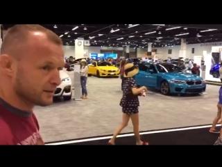 Александр шлеменко на выставке автомобилей в калифорнии