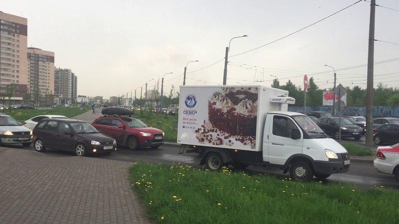 Скорая заблокирована на единственном выезде из микрорайона в Невском районе Петербурга