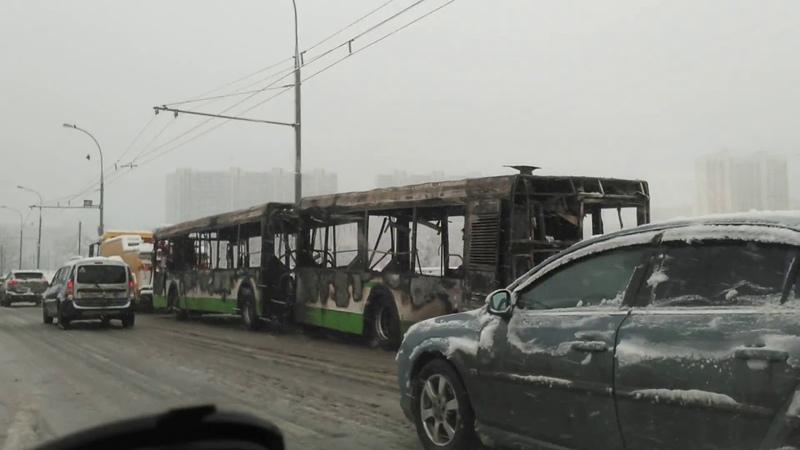 Сгоревший ЛиАЗ тащат на буксире