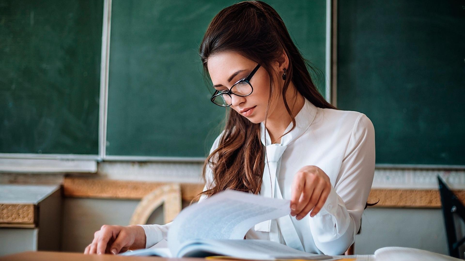 Сексуальная учительница - позор школе?
