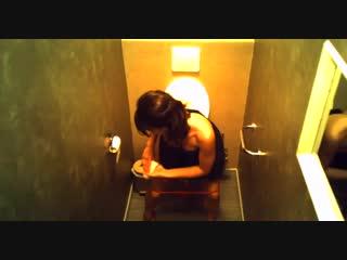 Одну по очереди в туалете клуба, как сосет хуй бейонсе