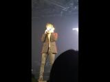 041216 Минхо и Тэён на концерте Джонхёна (фейковый звонок)
