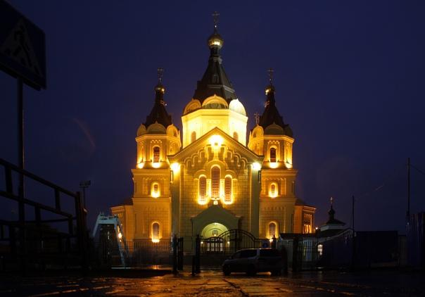 По началу собирались построить однопрестольную церковь, но по приезде в августе 1858 года Александра II поставили величественный, увековечивающий патриотизм верноподданных собор «на память о преданности своей православию и престолу».