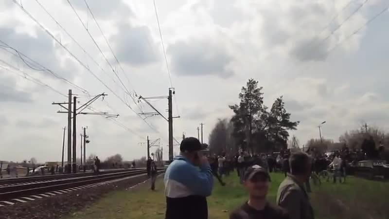 Самолет ВВС Укропии пролетает над заблокированной колонной 16 апреля 2014 го