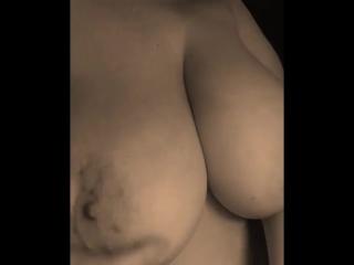 Грудастая дама мякает свою большую натуральную сиську [ домашнее порно вк, домашние порно вк, домашнее любительское порно ]