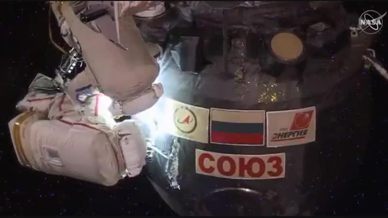Почти пять часов парни работают в открытом космосе. Тяжелейшая работа еще и потому, что им нельзя материться