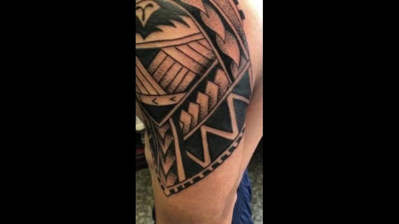Плечо в полинезийском стиле