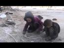 Сирия, голодные дети собирают крошки хлеба!!.mp4
